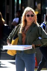 Sienna Miller Treats herself to lunch from Joe's Pizza in the West Village, Manhattan