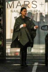 Zoe Saldana Runs errands in rainy Los Angeles