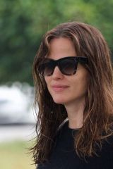 Jennifer Garner Relaxed in the morning running errands in Brentwood