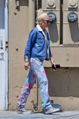 Gwen Stefani Is getting her nails done at a local salon in Beverly Hills