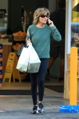 Lisa Rinna Grocery shopping at Jayd's Market in Bel Air