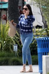 Lauren Silverman Gets take out from Malibu Mutt's Grill