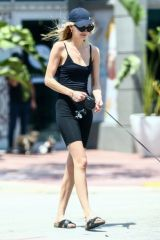 Roosmarijn de Kok and Jamison Ernest take an afternoon walk in Miami