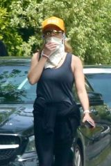 Reese Witherspoon Goes bandit during her workout