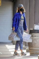 Calista Flockhart Takes off her mask after picking up Memorial Day weekend dinner for her family at Sugarfish in Brentwood
