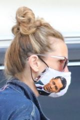 Julia Roberts Wears a personalized 'Barack Obama' face mask while shopping at the Malibu Country Mart