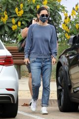 Courteney Cox At a farmer's market in Malibu