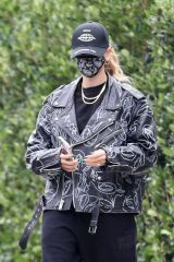 Hailey Bieber Stops by a friend's house in Beverly Hills