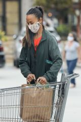 Zoe Saldana Shops for groceries in Malibu