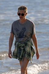 Julia Roberts Takes a solo beach walk in Hawaii