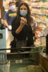 Katharine McPhee Didn't hesitate taking her face Mask off twice inside Bristol Farms while shopping for grocery