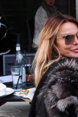 Lizzie Cundy Spotted enjoying some champagne al fresco at Harrods in London