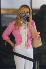 Carrie Underwood Steps out of her Miami hotel