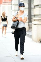 Katie Holmes Grabs her morning coffee in New York