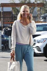 Amanda Kloots Is all smiles as she heads into the dance studio on Thursday in Los Angeles