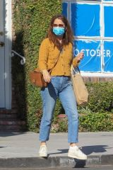 Robin Tunney Goes shopping on Melrose Place in West Hollywood