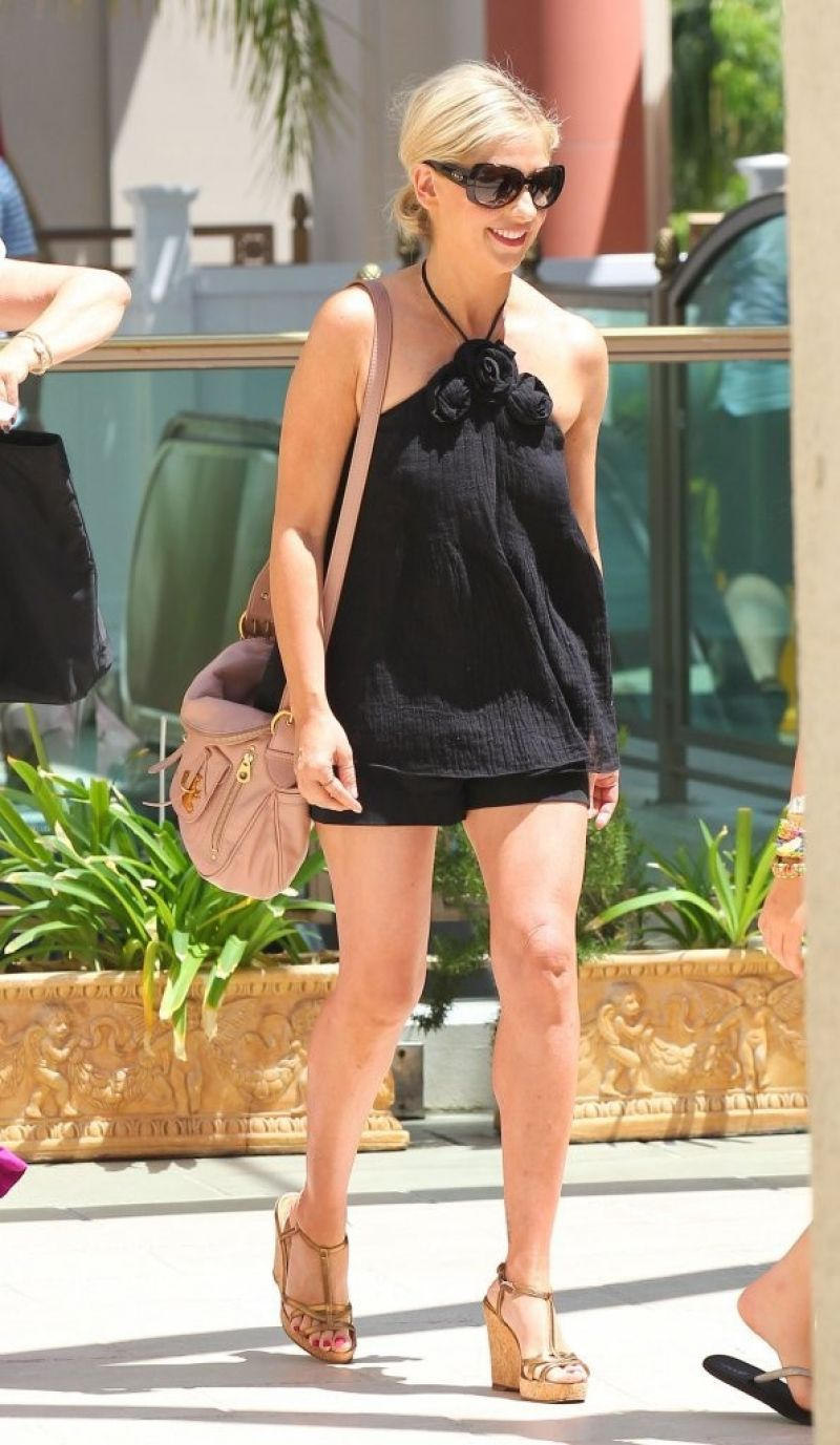 SARAH MICHELLE GELLAR - Out and About in Los Angeles