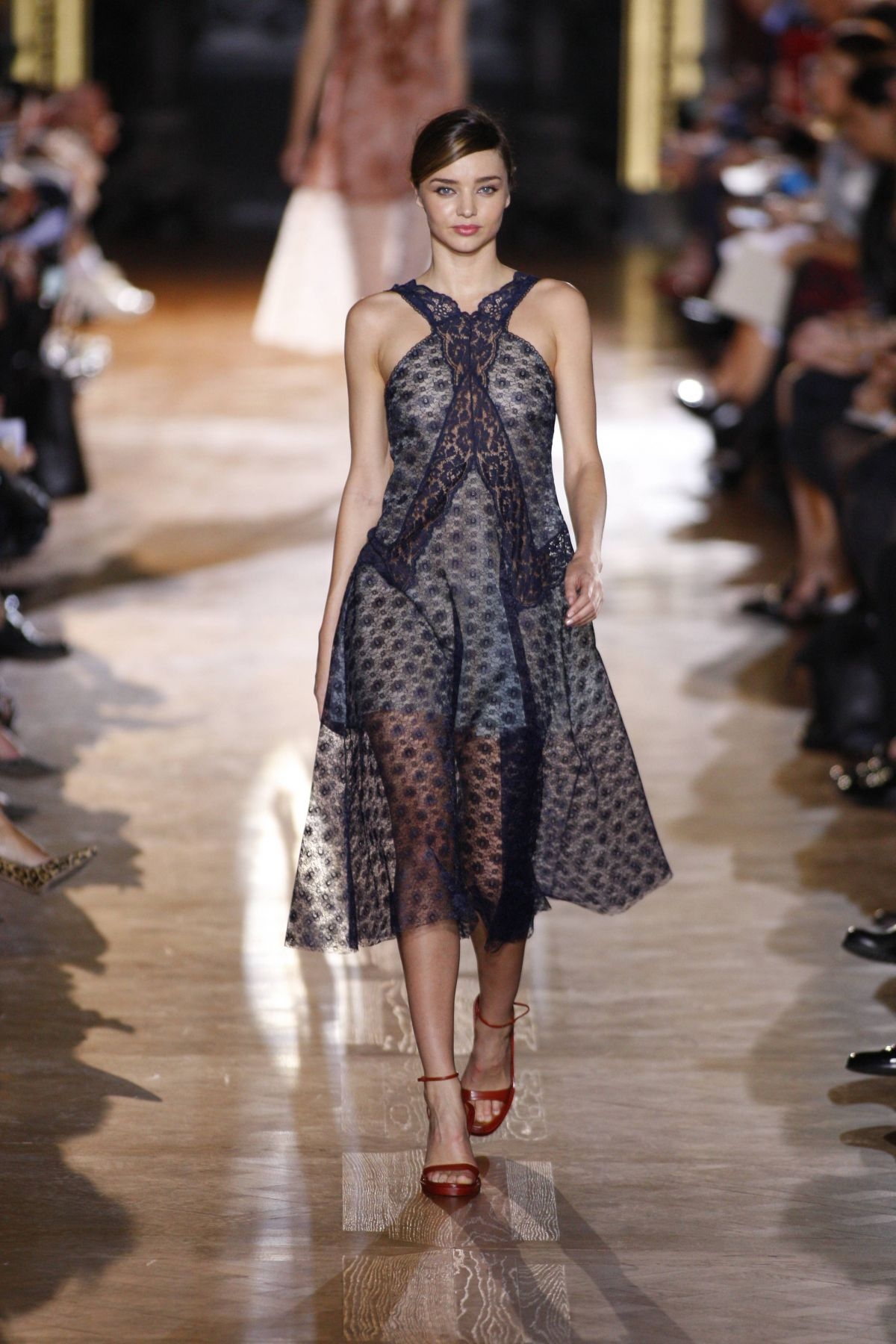 Miranda kerr on the runway at stella mccartney fashion for Runway fashion show video
