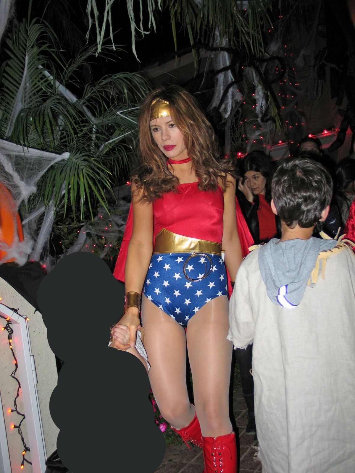 kate beckinsale as wonder woman at halloween 2004 - celebzz