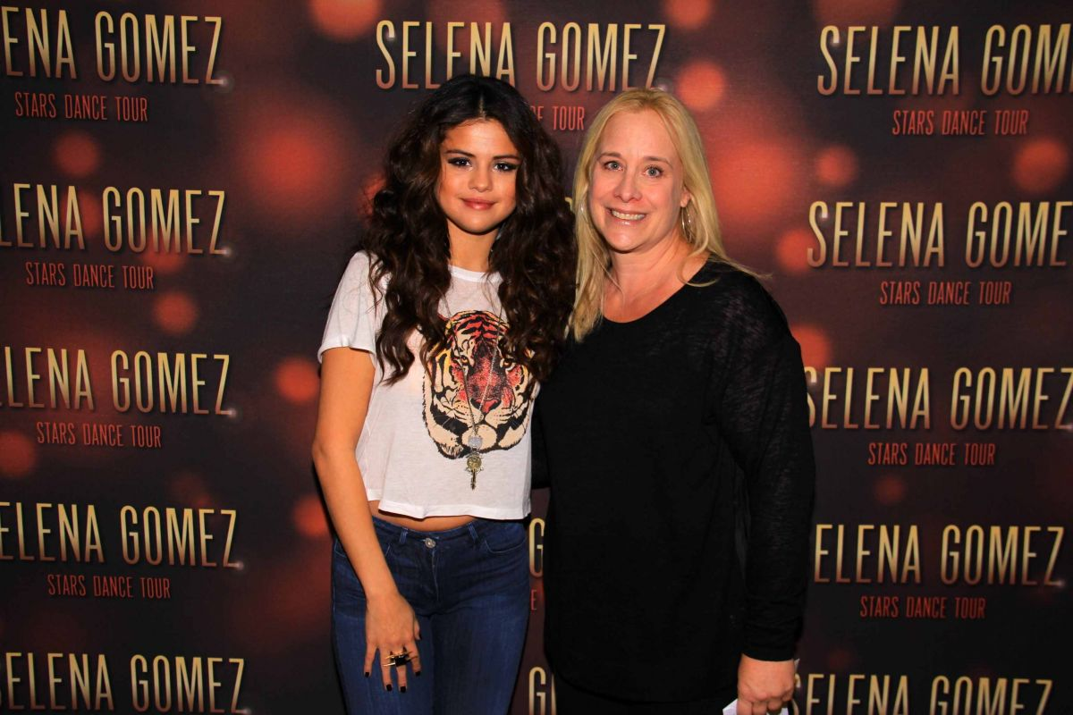 Selena gomez at stars dance tour meet greet in broomfield selena gomez at stars dance tour meet greet in broomfield m4hsunfo