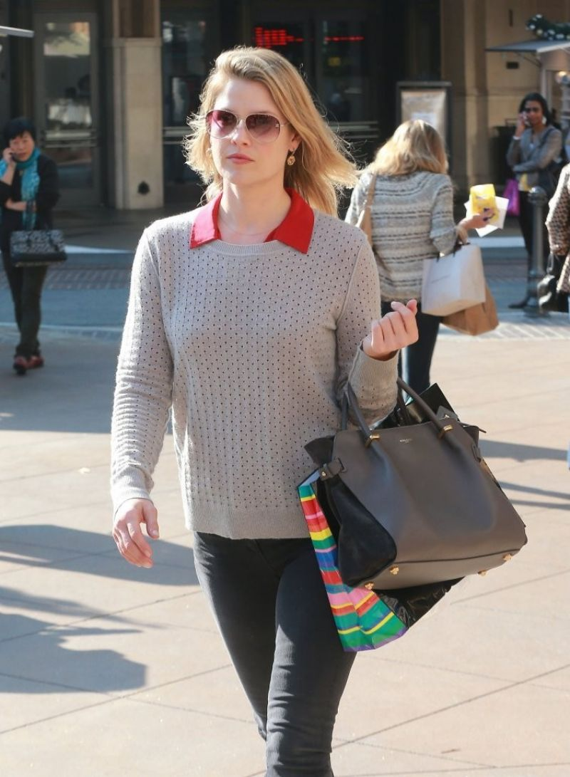 Ali Larter Shopping At The Grove In Los Angeles