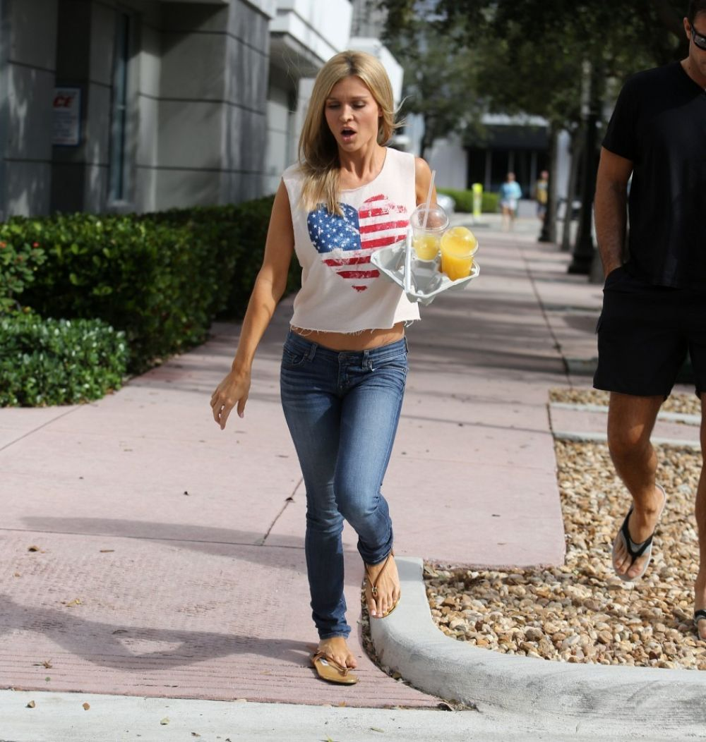 Joanna Krupa Out For Lunch In Miami