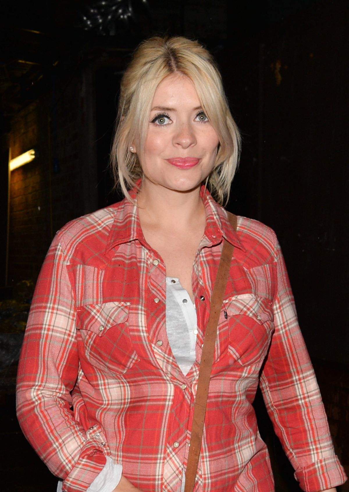 image Holly willoughby and fearne cotton sat on the toilet