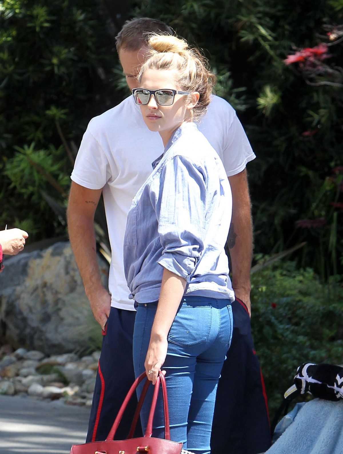 Teresa Palmer In Jeans While Shopping
