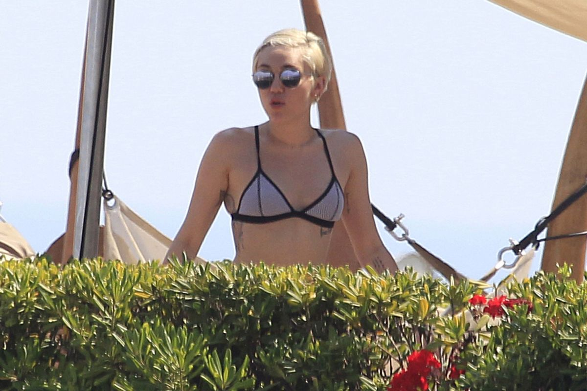 Miley cyrus bikini pool