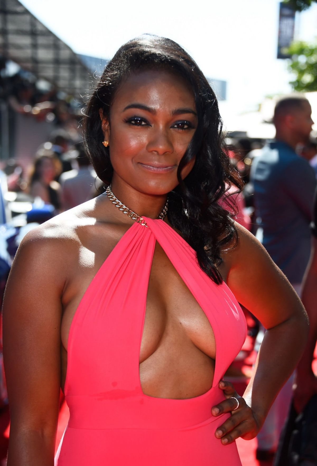 Tatyana ali looked pretty but this pink halter dress is so not it i