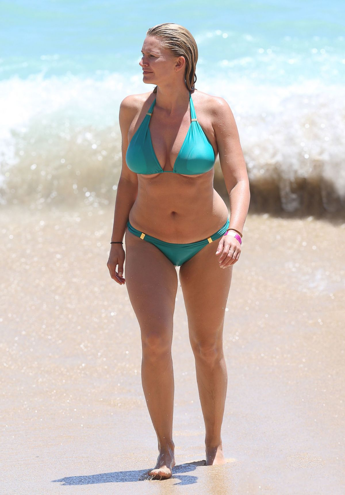 Natasha Henstridge Wearing A Bikini At A Beach In Hawaii
