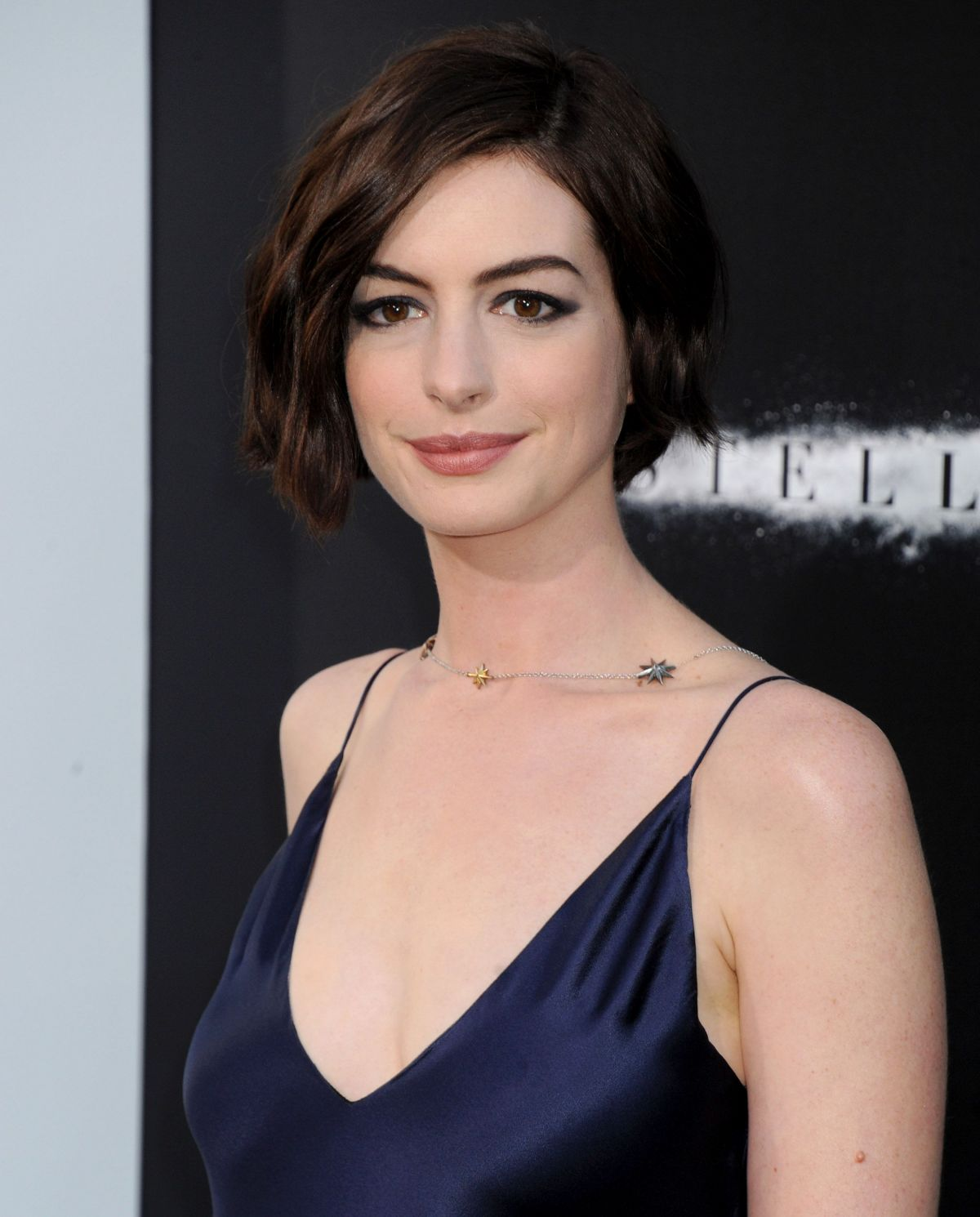 Anne Hathaway At The Hustle Premiere In Hollywood: Anne Hathaway At Interstellar Premiere In Hollywood
