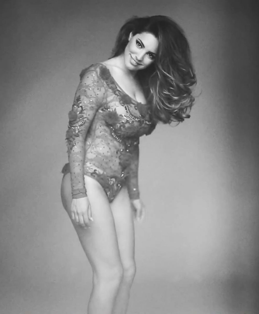 Kelly Brook In 2015 Calendar BTS - Celebzz - Celebzz