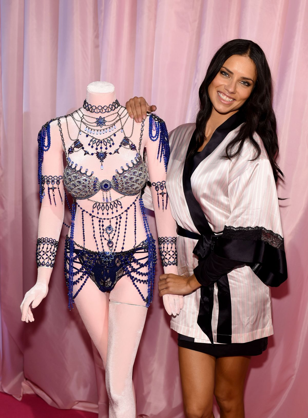 Adriana lima hairstyles 2014 - Adriana Lima At 2014 Victoria S Secret Fashion Show Hair And Makeup