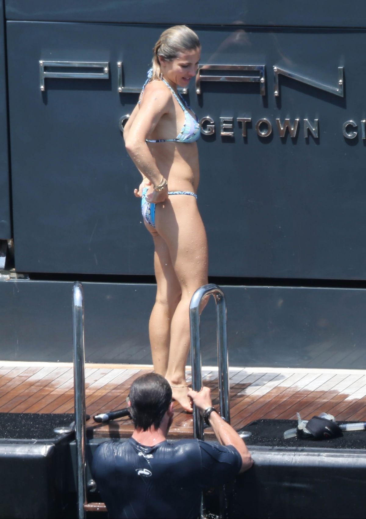 Chris Hemsworth's wife Elsa Pataky wrangles a snake in ...