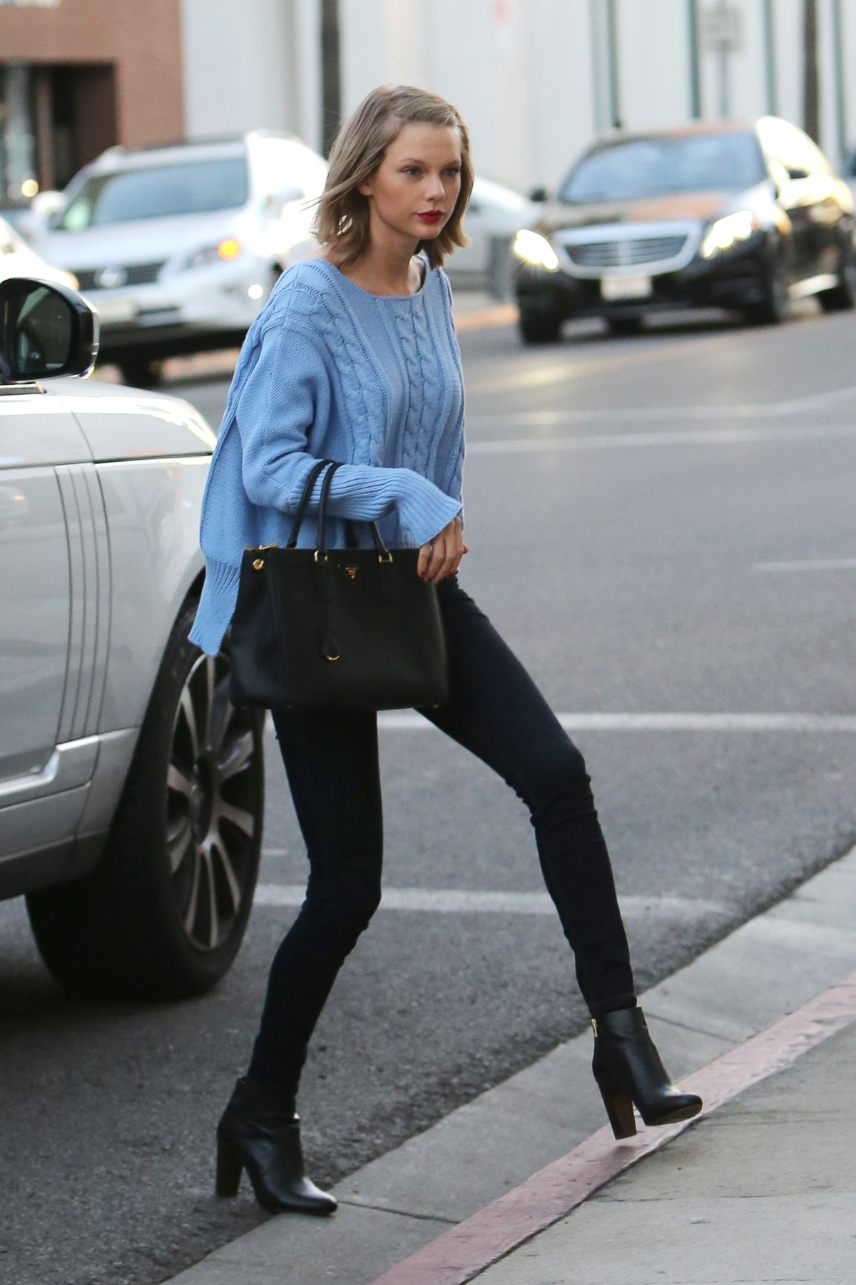 taylor swift at voila nail salon in beverly hills celebzz. Black Bedroom Furniture Sets. Home Design Ideas