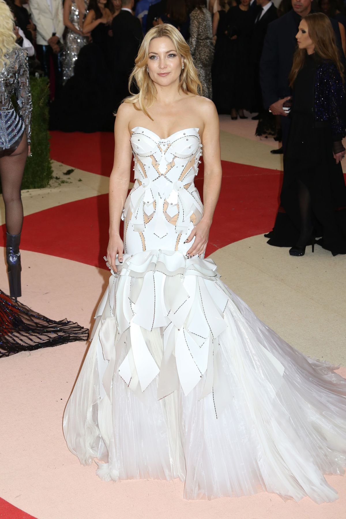 http://www.celebzz.com/wp-content/uploads/2016/05/kate-hudson-at-2016-costume-institute-met-gala-in-new-york_1.jpg