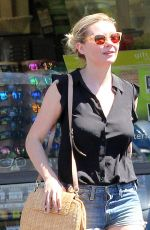 Kirsten Dunst At a 7 Eleven in Los Angeles