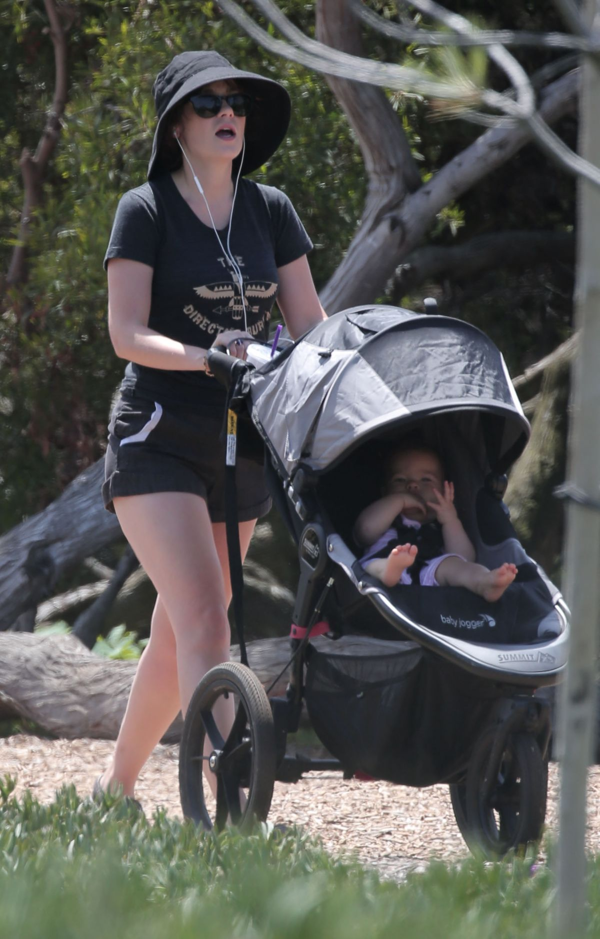 Zooey Deschanel Out with her baby in Los Angeles - Celebzz