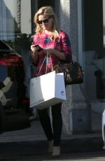 Reese Witherspoon Does some shopping in Malibu