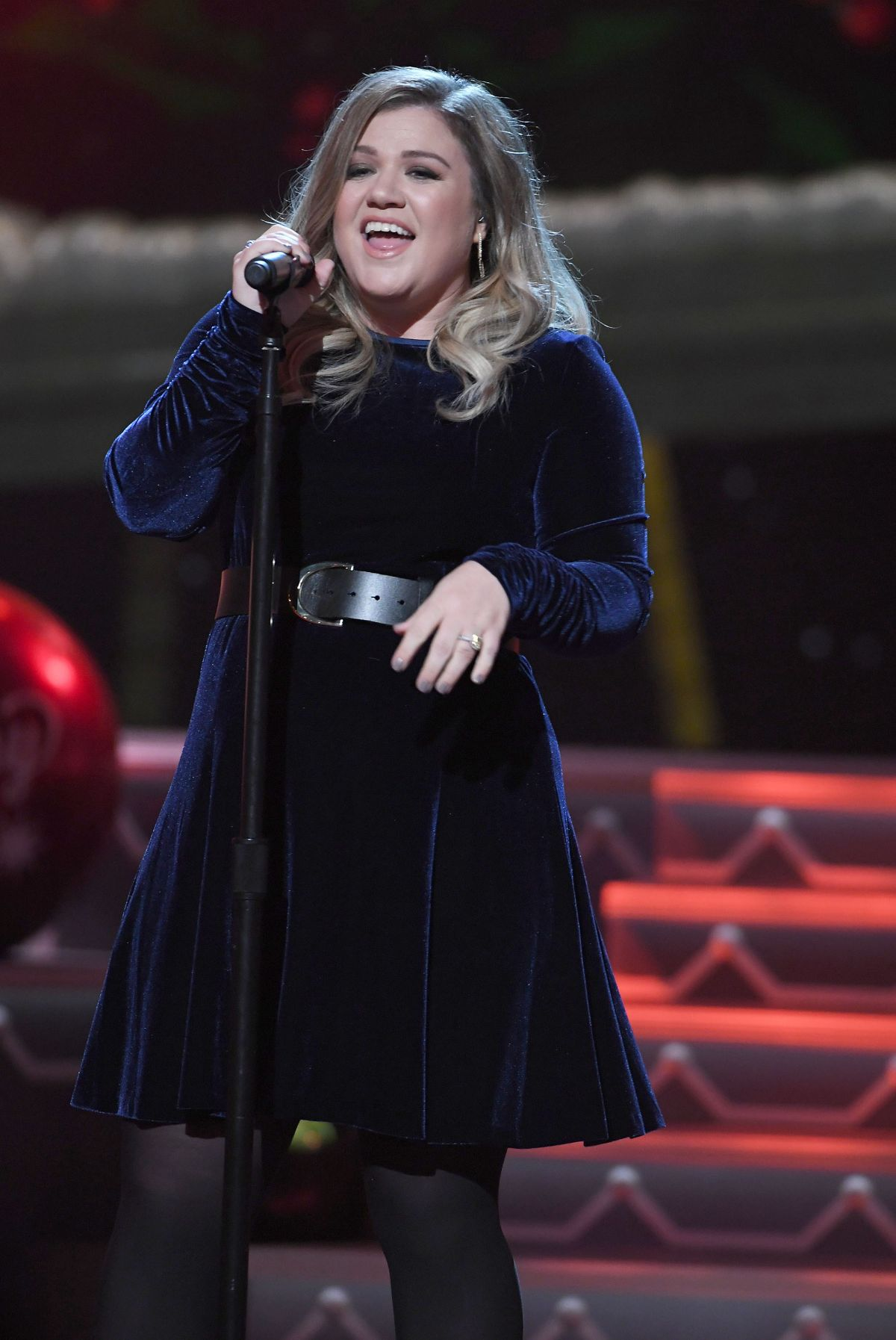 Kelly Clarkson At CMA 2016 Country Christmas in Nashville - Celebzz