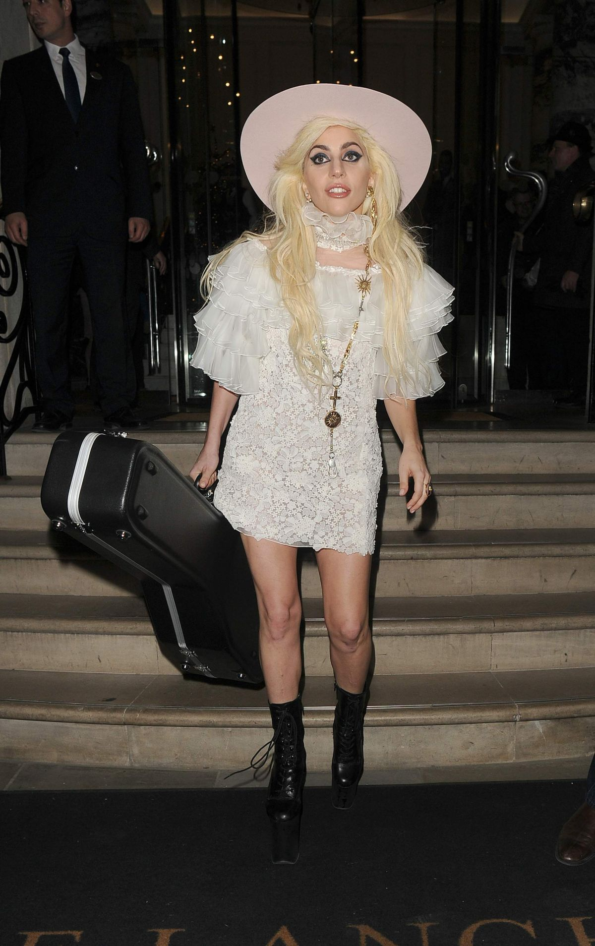 lady-gaga-leaves-her-london-hotel-guitar