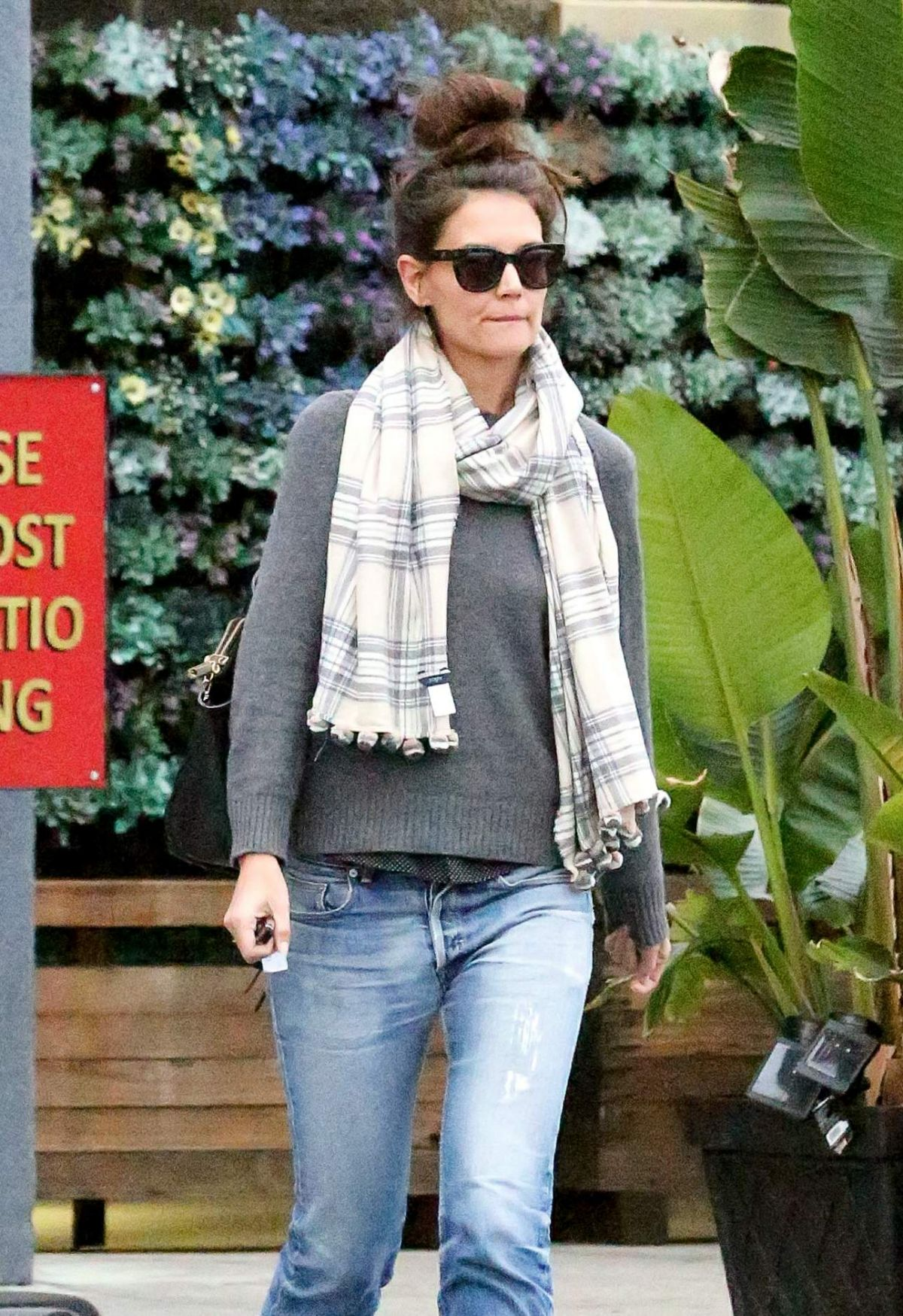 Katie Holmes Steps out for lunch at Jasmine Thai in Calabasas