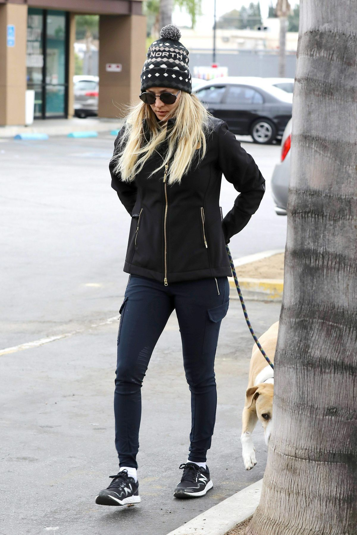 Access Woodland Hills >> Kaley Cuoco Takes Her Dog To Access Specialty Animal Hospital In