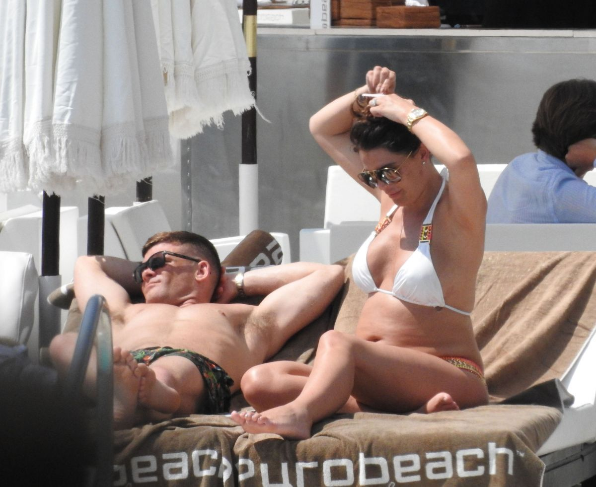 Danielle Lloyd By the Pool in Marbella   danielle-lloyd-by-the-pool-in-marbella_2
