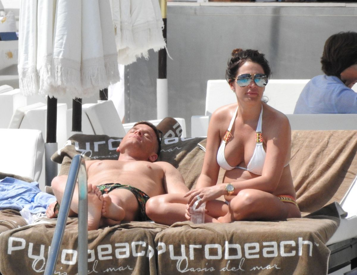 Danielle Lloyd By the Pool in Marbella   danielle-lloyd-by-the-pool-in-marbella_3