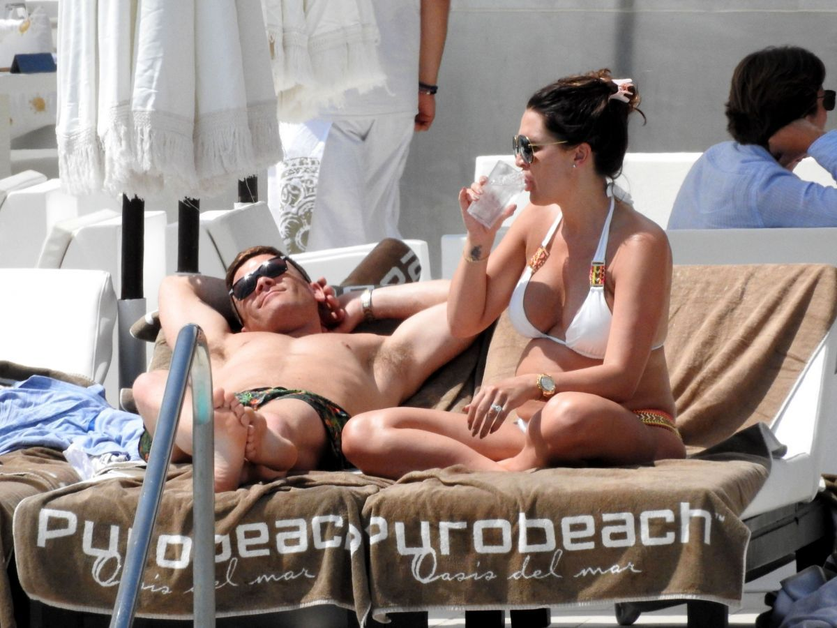 Danielle Lloyd By the Pool in Marbella   danielle-lloyd-by-the-pool-in-marbella_4