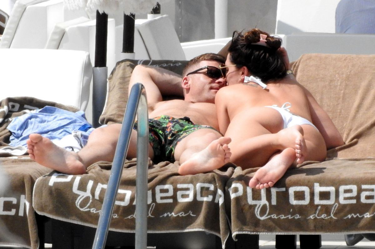 Danielle Lloyd By the Pool in Marbella   danielle-lloyd-by-the-pool-in-marbella_5