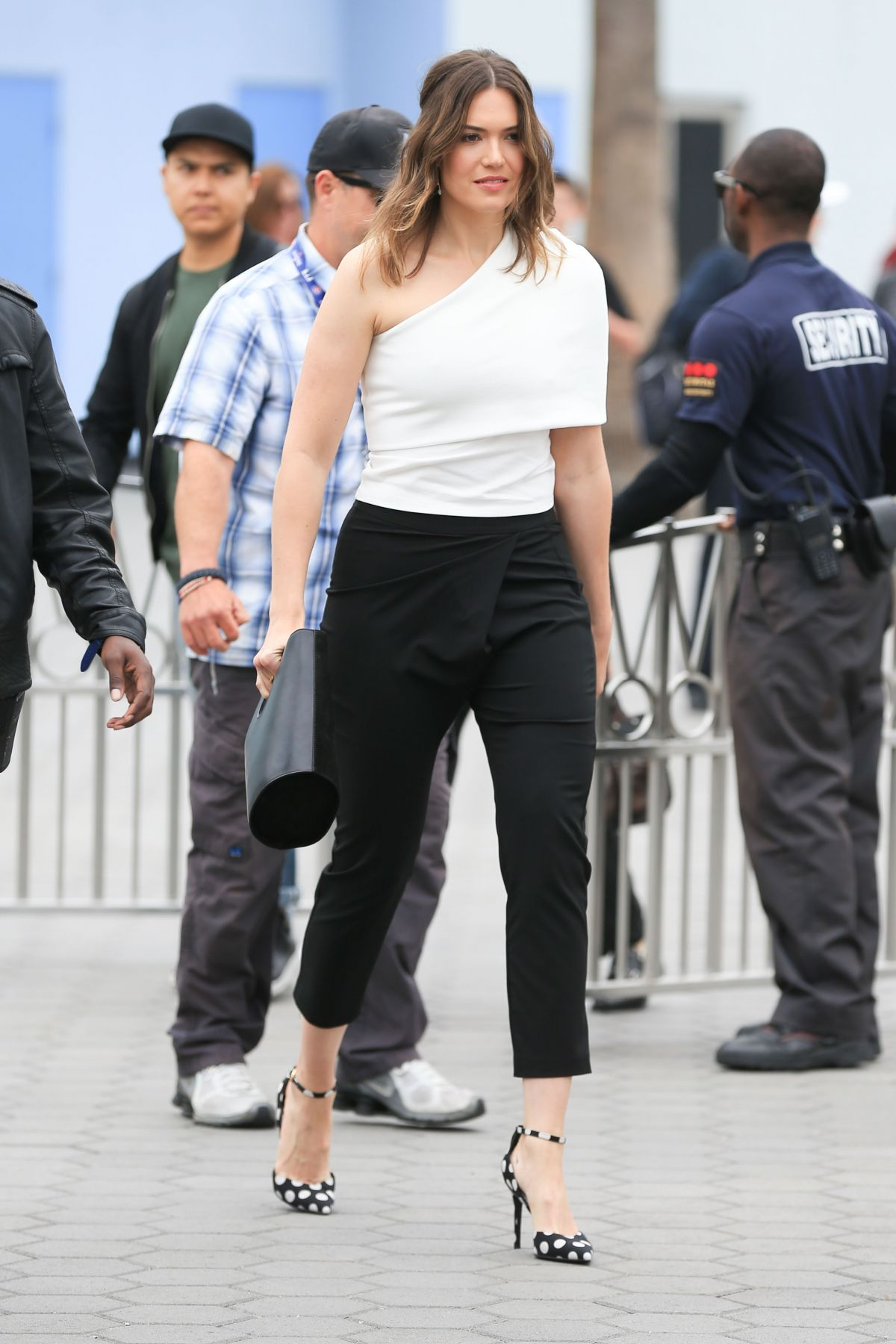 Mandy Moore At 'Extra' in Universal City   mandy-moore-at-extra-in-universal-city-_5