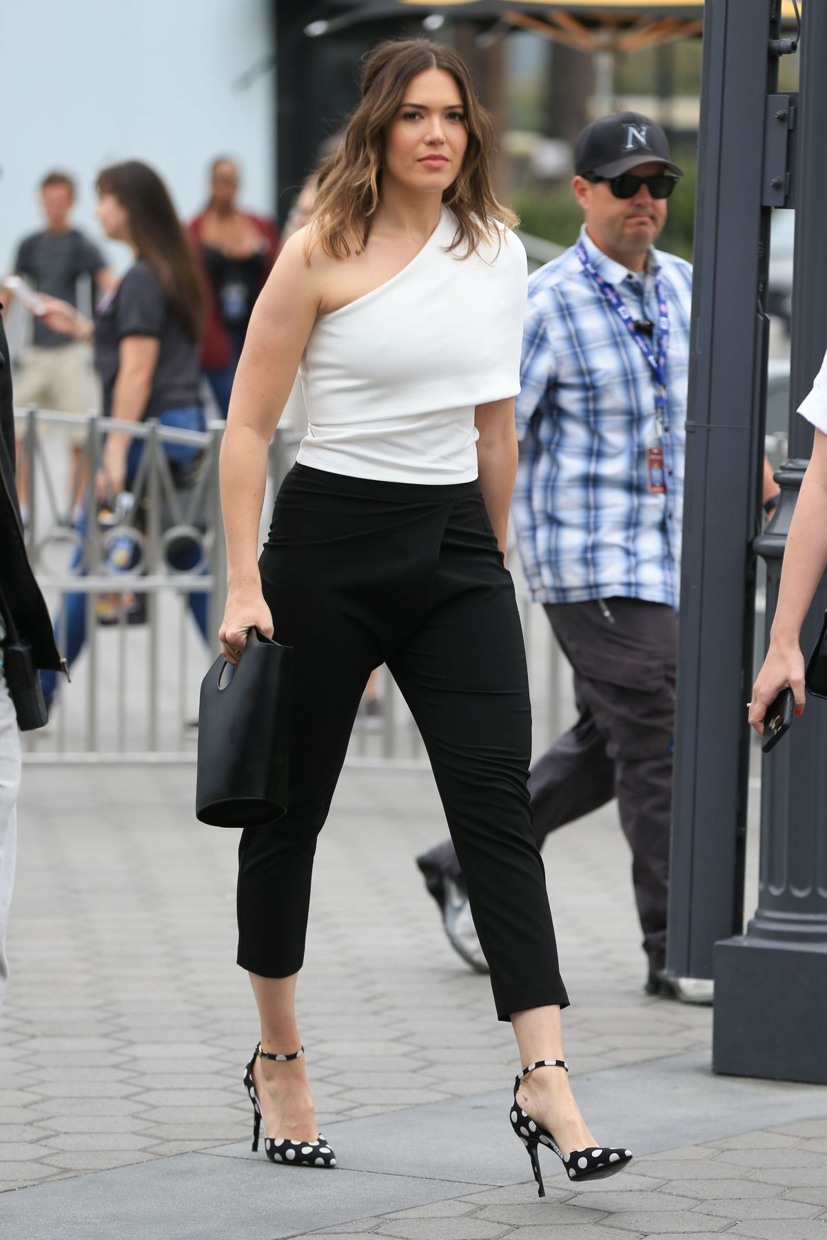 Mandy Moore At 'Extra' in Universal City   mandy-moore-at-extra-in-universal-city-_7